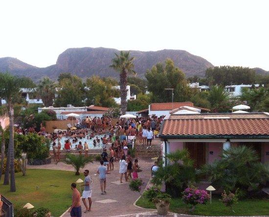 Eros Hotel : La piscine à 18h, un havre de paix où se détendre après être montés sur le volcan !