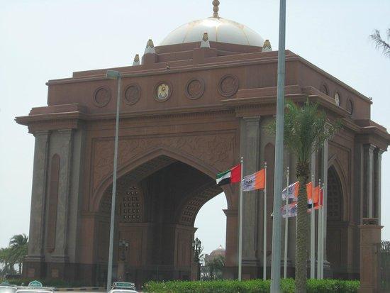 Emirates Palace Hotel: Otelin en dış giriş kapısı