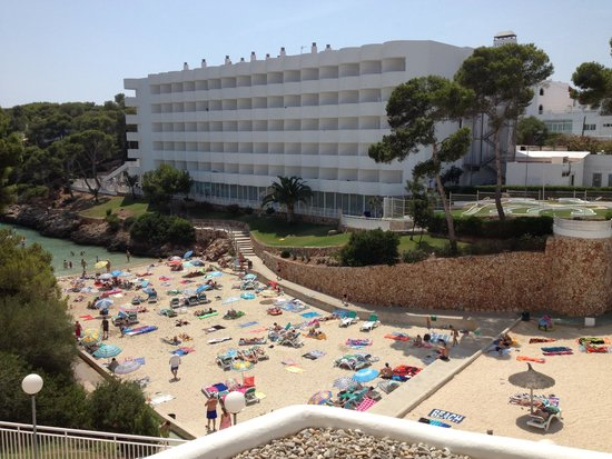AluaSoul Mallorca Resort: View of beach from our hotel, sister hotel opposite,