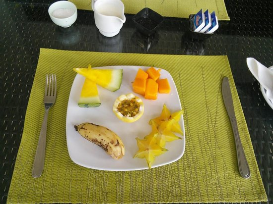 Albizia Lodge Reef Estate: fruits which provide during breakfast