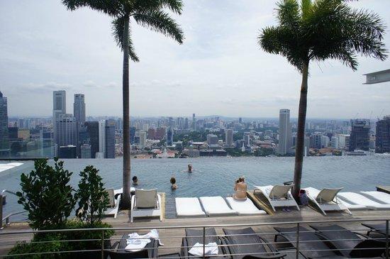 Marina Bay Sands: プールからは絶景が堪能できます