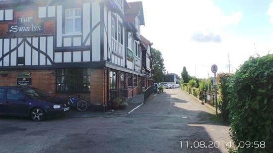 Innkeeper's Lodge Norfolk Broads - Swan Inn: side view