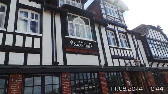 Innkeeper's Lodge Norfolk Broads - Swan Inn: front
