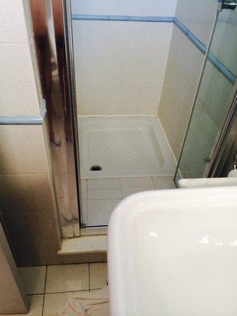 Galatina, Italy: E come si entra in doccia? C'è il lavabo che mi ostacola!!!