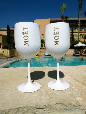 Elysium Hotel : Drinks at poolside