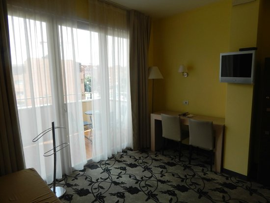 Regal Hotel and Apartments: Salottino