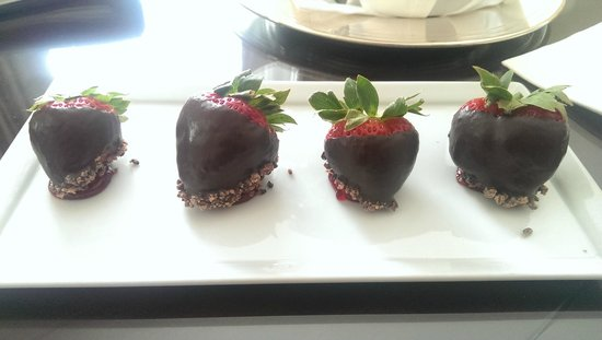 Fairmont Washington, D.C. Georgetown: Chocolate dipped strawberries, very kind