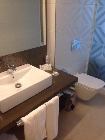 Hotel Torre del Mar: Modern bathroom