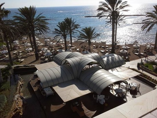 Constantinou Bros Pioneer Beach Hotel: Thalassa Restaurant right by the beach