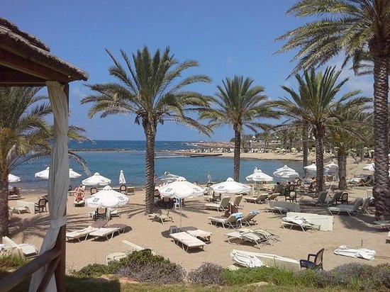 Constantinou Bros Pioneer Beach Hotel: View of the beach