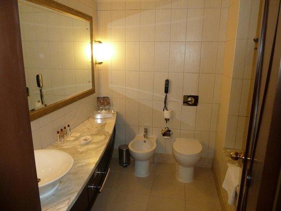 Grand Excelsior Hotel Deira: Nice clean bathroom
