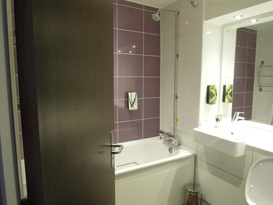 Premier Inn Liverpool City Centre (Moorfields) Hotel: The en-suite with complimentary liquid soap and shower gel/shampoo