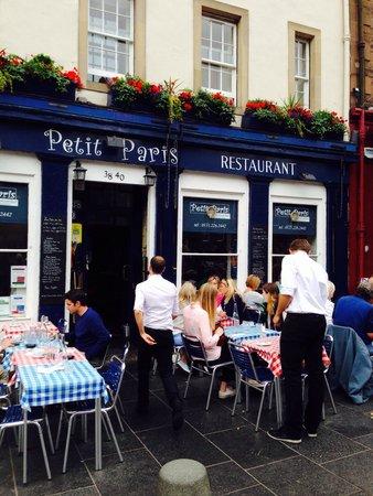 Petit Paris: Tavolini all'aperto, quasi come al quartiere latino