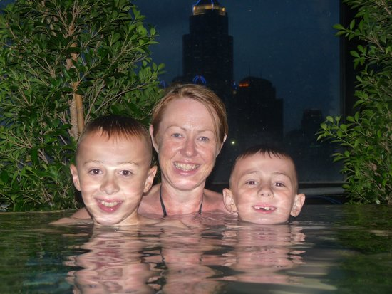 Citadines Sukhumvit 8 Bangkok : family in the rooftop pool