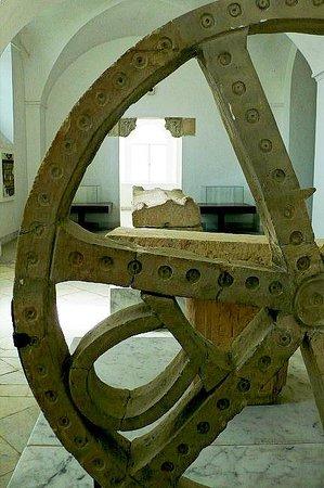 Musée National du Bardo : Museo Bardo: Tunisi: Tunisia: particolare di ruota