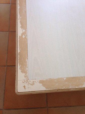Pierre & Vacances Résidence Les Rivages des Issambres : État du mobilier (table basse, tables de nuit et tables à manger)