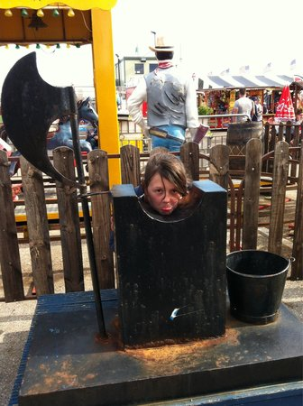 Knightly's Funfair : Off with her head