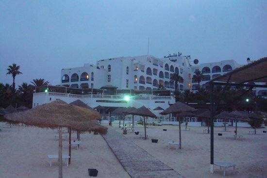 Marhaba Beach Hotel: Viewfrom the beach, looking back at the hotel