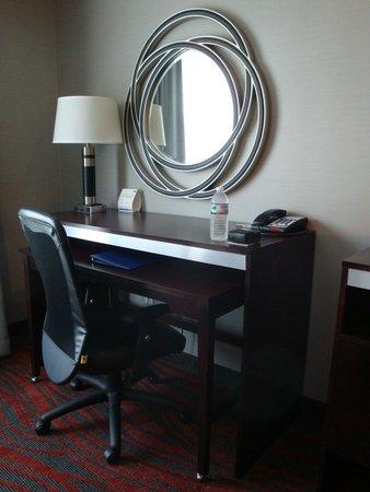 Holiday Inn Express Hotel & Suites Utica: Desk area