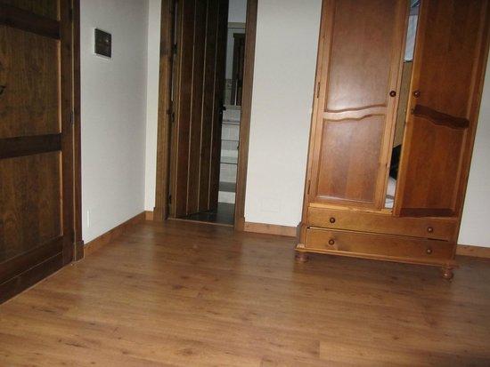 Puerta del cuarto baño y armario - Picture of Hostal Los ...