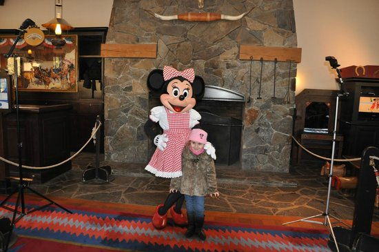 Disney's Hotel Cheyenne : Taking a pic with Mini Mouse!