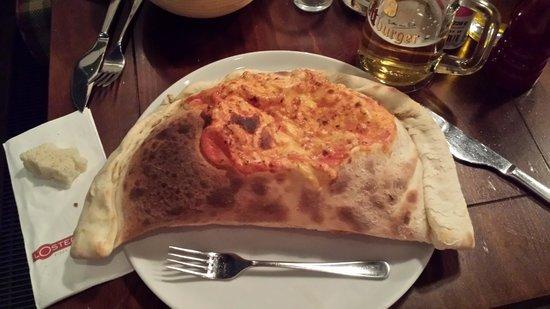 L'Osteria Bikini Berlin: Pizza Calzone