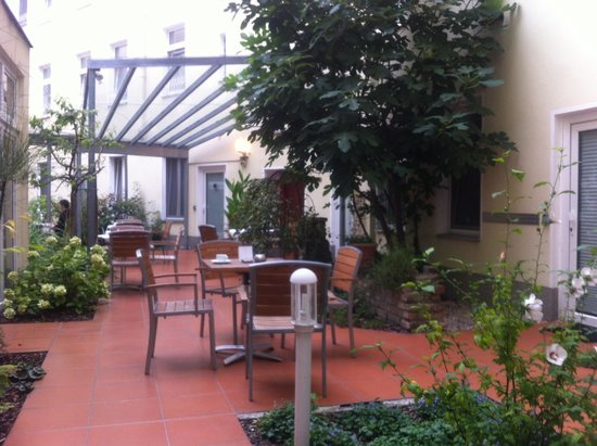 Mercure Hotel Berlin Mitte: Breakfast tables & garden