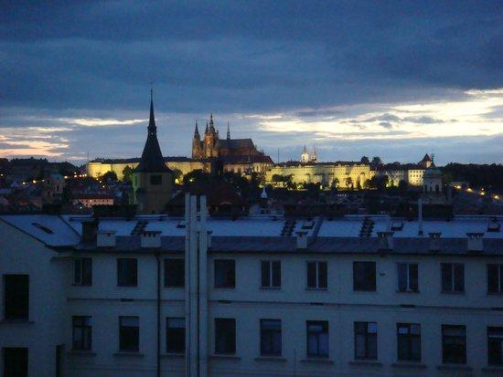 Hotel Liberty: Nocny widok z pokoju na Hradczany