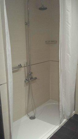 Abades Nevada Palace: El grifo con su plato de ducha para minusválidos (habitación 442)