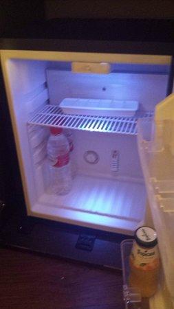Abades Nevada Palace: En el minibar había agua y zumo... estamos en crisis! (habitación 442)