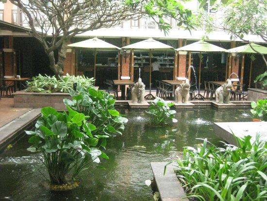 Rambuttri Village Inn & Plaza: Outside the dining area / reception