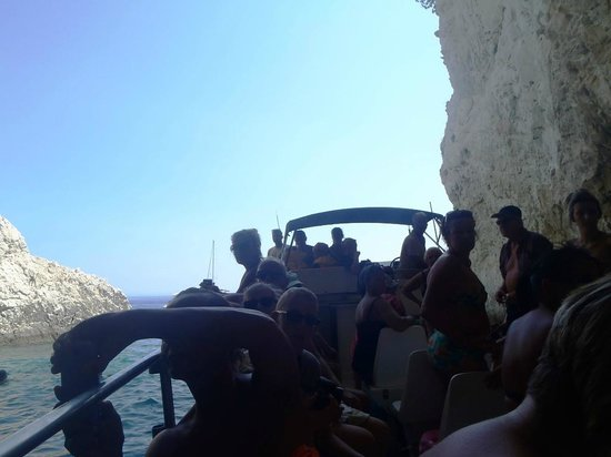 Filoxenia Hotel: Entering caves in boat