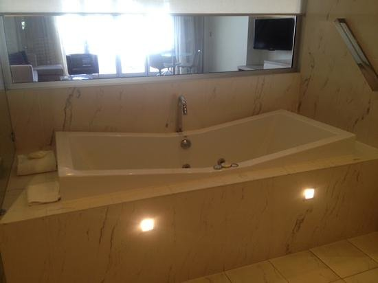 Sofitel Noosa Pacific Resort: spa bath, Lifestyle room