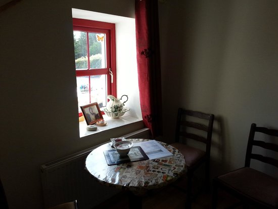 Yvonne's Cottage: Inside table