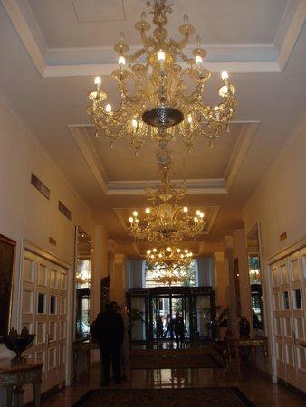 Hotel Savoy : シャンデリア輝くエントランス・ホール