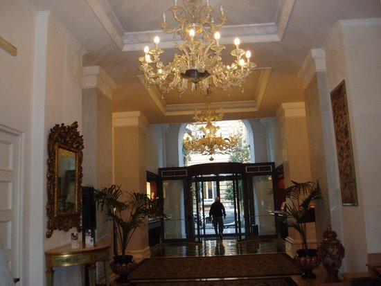 Hotel Savoy: 高級感漂うエントランス・ホール