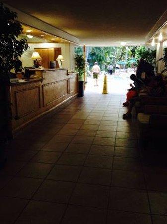 White Sands Hotel : フロントから中庭に向かって・・・