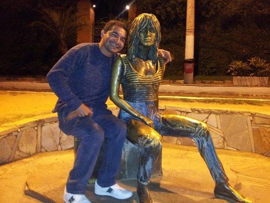 Armacao Beach : Rua das Pedras. Estatua da atriz francesa Brigitte Bardot