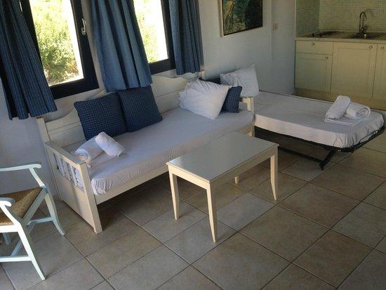 Avithos Resort: Living room/kids beds