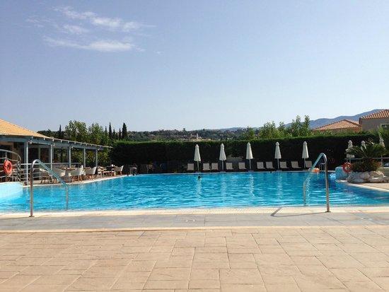 Avithos Resort: Pool taken from the sun loungers