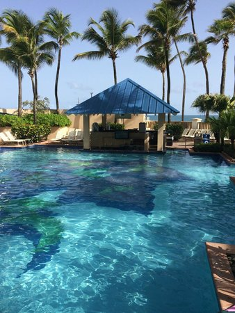San Juan Marriott Resort & Stellaris Casino: Pool w/swim up bar