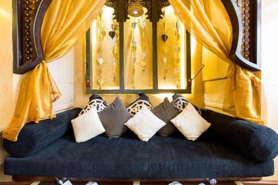 The Baray Villa : โซฟาที่ปลายเตียงมีอ่างแช่เท้า
