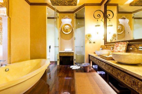 The Baray Villa : ห้องน้ำมีอ่างอาบน้ำทรงรีขนาดใหญ่