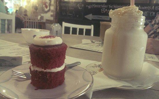 The Cake'ole: Nom nom red velvet cake!!!!