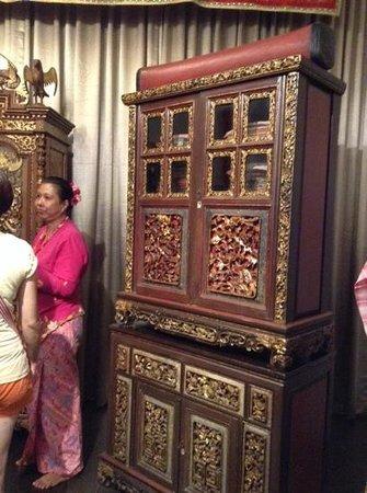 Straits Chinese Jewelry Museum Malacca: julia explaining about the beautifully crafted wardrobe.
