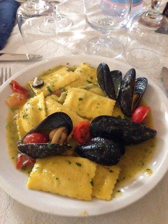 Ristorante Il Gotto: Rettangoli di cernia con cozze e salsa di zucchine buonissimi :)