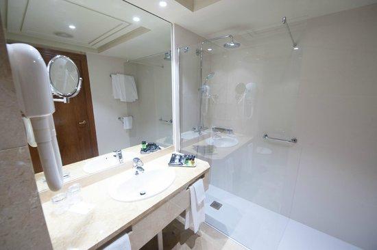 Hotel Bahia Santander: Baño habitación doble