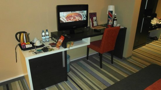 Mercure Wroclaw Centrum: Drink making facilities, TV and local information