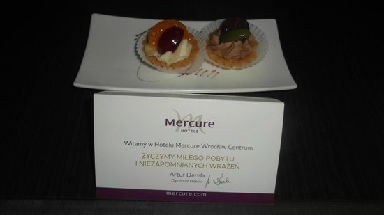 Mercure Wroclaw Centrum: Two welcoming pastries in the room on the first night