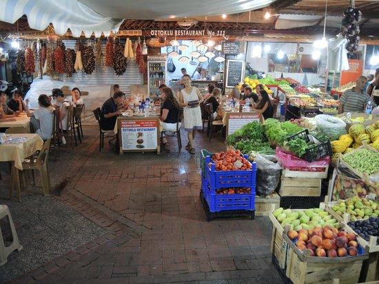 Oztoklu Restaurant : Geweldige locatie, tussen het fruit en de kruidenwinkel in.